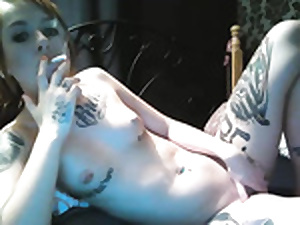 Hot tattoed smocking floozy fucks dildo on cam