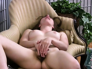 Solo beauty rubs her little muff